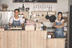 两个咖啡馆职员在工作 免版税库存照片