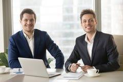 两个商人、金融分析员或者投资顾问looki 库存图片