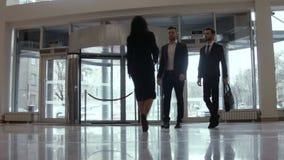 两个商人和女性集会在旅馆大厅里 股票视频