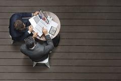 两个商人咖啡馆会议保险应用概念 免版税库存图片