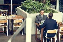 两个商人咖啡馆会议膝上型计算机概念 库存照片
