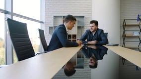 两个商人在一个业务会议上在办公室 影视素材