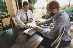 两个商人在一次会议上在咖啡馆 图库摄影