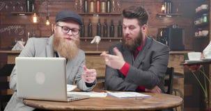 两个商人在一次重要交谈时得到他们的咖啡在咖啡馆 股票视频