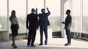 两个商人在两个同事附近的oculus裂口大厦的 股票视频