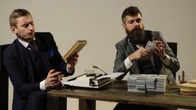 两个商人在他们的费高兴,当享受雪茄抽烟时 被完成的好工作的伟大的薪水 企业例证JPG人向量 的treadled 影视素材