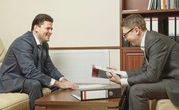 两个商人在办公室指挥交涉 库存照片