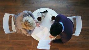 两个商人在工作会议期间在现代咖啡馆 股票视频