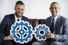 两个商人坐长沙发配合概念 免版税库存图片