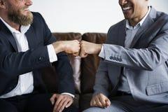 两个商人坐长沙发 免版税图库摄影