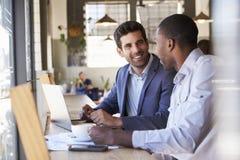 两个商人开非正式会议在咖啡店 免版税图库摄影