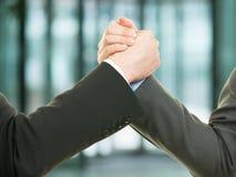 两个商人握手和成功概念 免版税库存照片