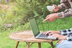 两个商人观看从图表的统计在咖啡sho 库存图片