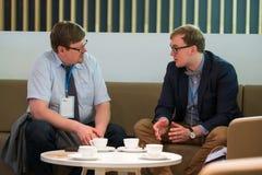 两个商人谈论在Velocongress在Tekhnopolis霍尔 库存照片