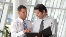 两个商人谈论文件在办公室 股票录像