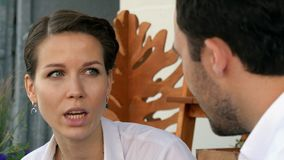两个商人谈论新的项目在咖啡馆 库存图片