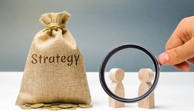 两个商人谈论经营战略 经营战略是行动一个联合模型被设计达到 库存照片