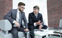 两个商人谈论财政文件 免版税库存照片