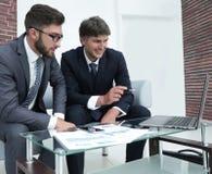 两个商人谈论财政文件 免版税库存图片