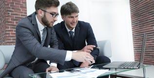 两个商人谈论财政文件 免版税图库摄影