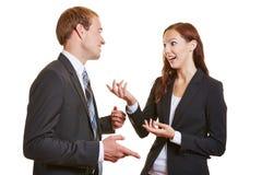 两个商人谈话与中的每一 免版税库存图片