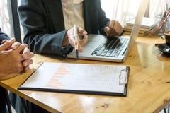 两个商人谈话和谈论关于企业工作 免版税库存照片