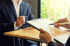 两个商人谈话和谈论关于企业工作 库存图片