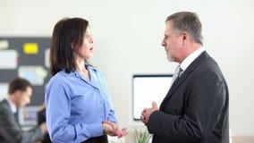 两个商人谈话在办公室 股票录像
