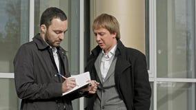 两个商人谈话室外 免版税库存照片