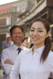 两个商人,在女实业家的焦点画象,户外,北京 库存照片