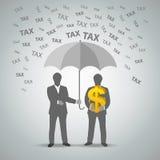两个商人从税的被保护的金钱 图库摄影