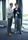 两个商人dicussing的事务在办公室 库存图片