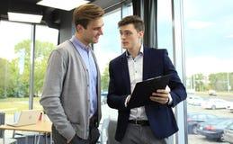 两个商人dicussing的事务在办公室 免版税库存照片
