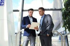 两个商人dicussing的事务在办公室 图库摄影