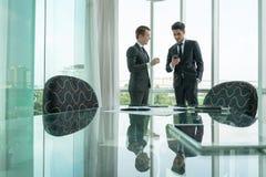 两个商人dicussing的事务在办公室 免版税库存图片