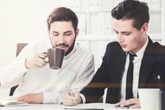 两个商务伙伴在办公室 图库摄影