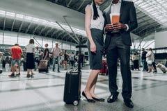 两个商务伙伴在机场停留 库存图片