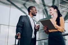 两个商务伙伴有交谈在驻地 免版税库存图片
