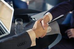 两个商务伙伴有一个成交 免版税图库摄影