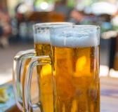 两个啤酒杯特写镜头 图库摄影