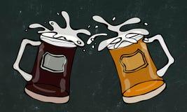 两个啤酒杯用淡和黑啤酒 与飞溅的叮当声 在黑黑板背景 现实乱画 免版税库存图片