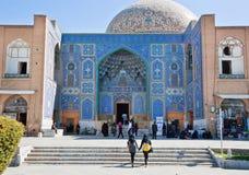 两个回教女孩走向古老阿訇正方形美丽的Lotfollah清真寺  图库摄影