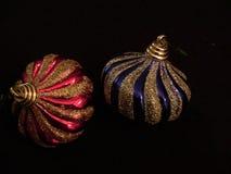 两个圣诞树球喜欢细颈瓶3 免版税库存图片