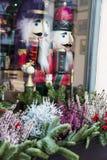两个圣诞节大木传统胡桃钳在商店窗口里 免版税库存图片