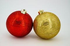 两个圣诞节球红色和金子 免版税库存图片