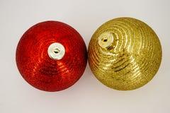 两个圣诞节球红色和金子 库存照片