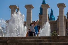 两个在加泰罗尼亚的国家博物馆附近的人scooting selfie在巴塞罗那 图库摄影