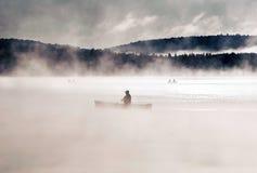 两个在水的河独木舟独木舟有雾的水日出雾金黄小时Canada安大略湖在阿尔根金族国家公园 图库摄影