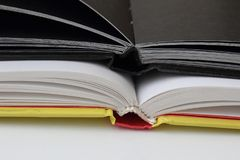 两个在白皮书的书夹黑日志 库存图片