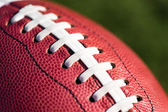 两个在草的美国人学院高中小字辈橄榄球 免版税库存照片